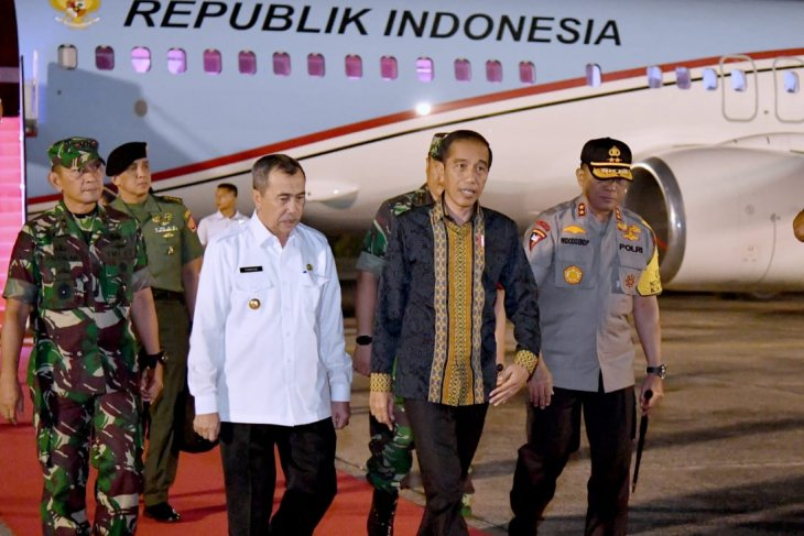 Kunjungi Pekanbaru, pesawat kepresidenan mendarat di tengah pekatnya kabut asap karhutla