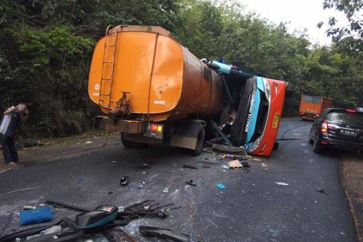 Truk tangki hantam bus di Way Kanan, delapan tewas
