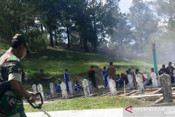 TNI bersama ormas dan pelajar bersihkan Taman Makam Pahlawan Simago-mago