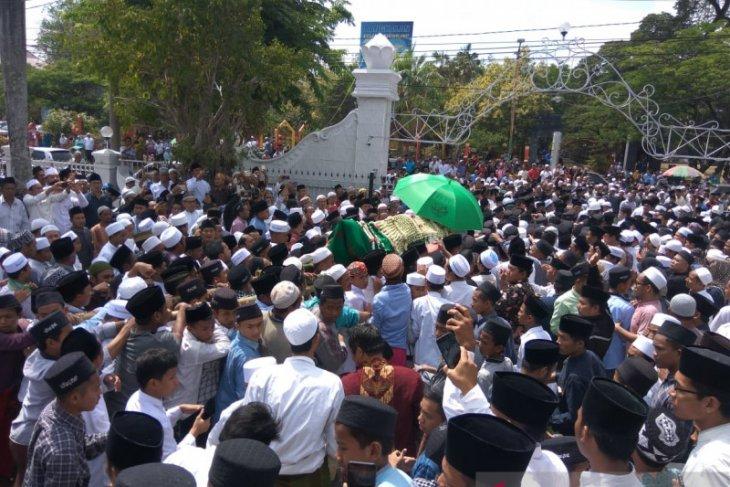 Ribuan orang  shalatkan Fuad Amin di Masjid Agung