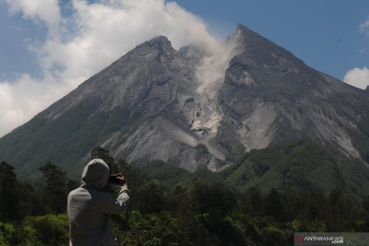Gunung Merapi keluarkan awan panas