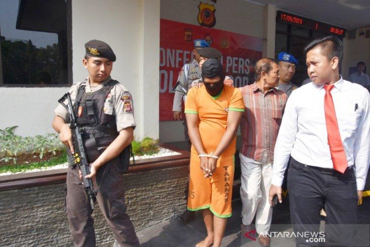 Pembunuh sepasang lansia akhirnya dibekuk polisi, dalam pelariaannya ke Sumbar