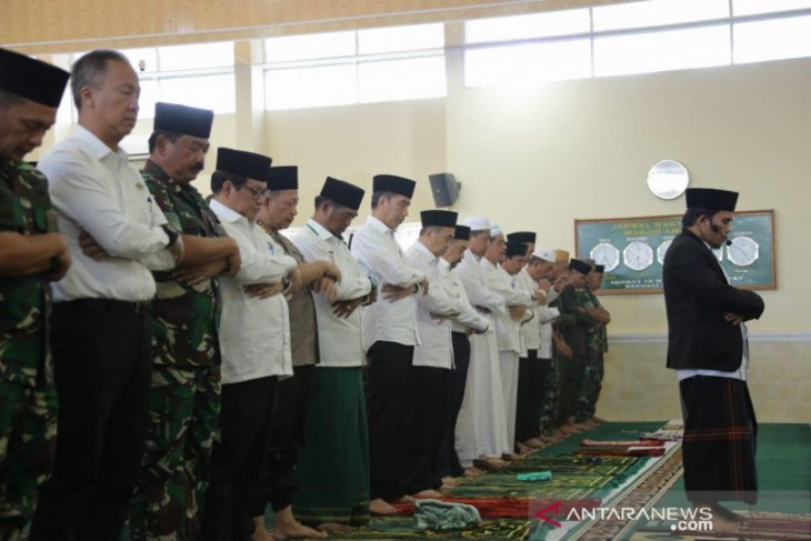 Jokowi Shalat Istisqa di Pekanbaru