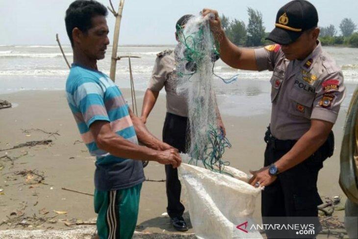 Seorang warga di Aceh Utara terseret ombak saat menjaring ikan