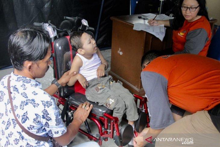 Pemerintah salurkan 100 kursi roda untuk penderita lumpuh otak