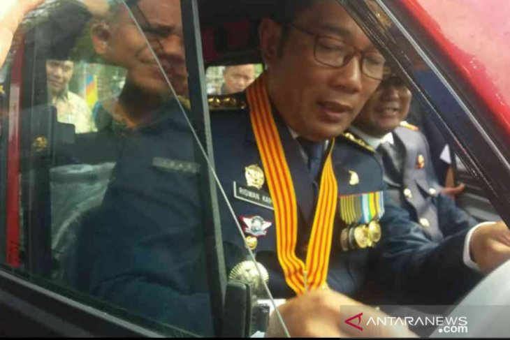 Kang Emil coba mobil kancil di Bekasi