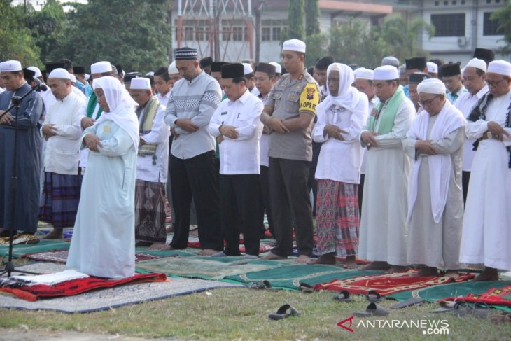 Thousands of Tapin residents perform Istisqa prayer