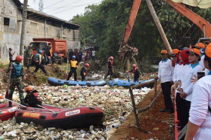 Ibu Negara mengarahkan sampah didaur ulang