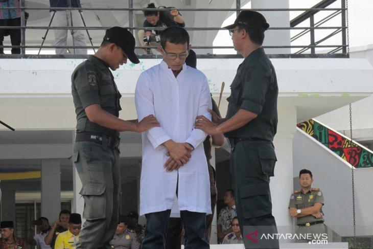 Terbukti melakukan mesum, tiga pasangan nonmuhrim dihukum cambuk