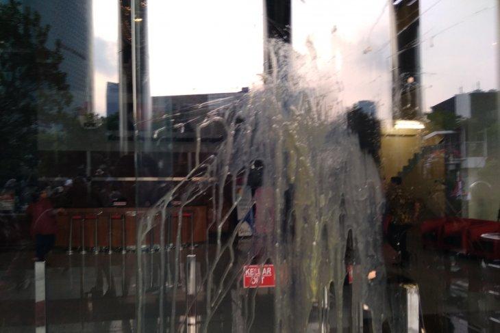 Pengunjuk rasa lempar telur ke gedung  KPK