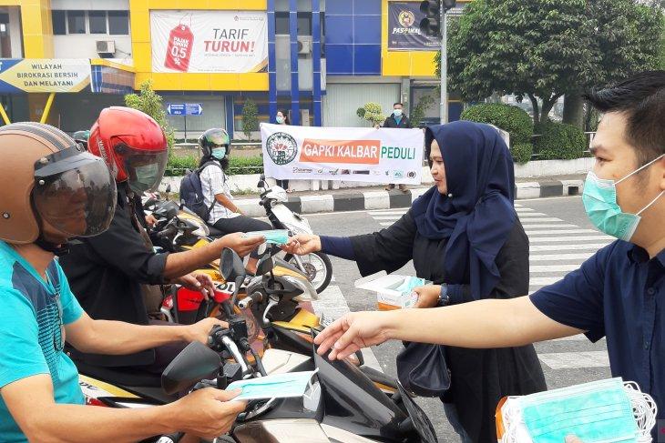 Gapki Kalbar bagikan 20 ribu masker kepada pengendara bermotor di Pontianak