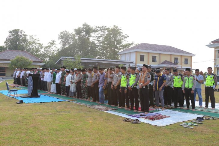 Polres Ogan Komering Ulu Timur bersama masyarakat gelar Shalat Istisqa