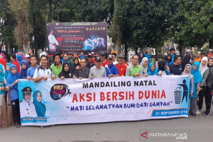 Aksi bersih lingkungan warnai peringatan World Clean Up Day di Madina