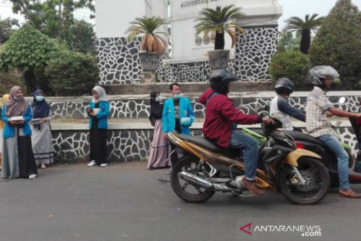 KNPI  dan PMII Stkom Barabai bagikan ribuan masker