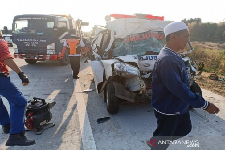 Kronologi ambulans seruduk truk dari belakang, lima orang tewas