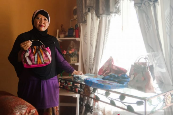 Padukan jeans dengan kain etnik Kalbar, raup keuntungan belasan juta rupiah