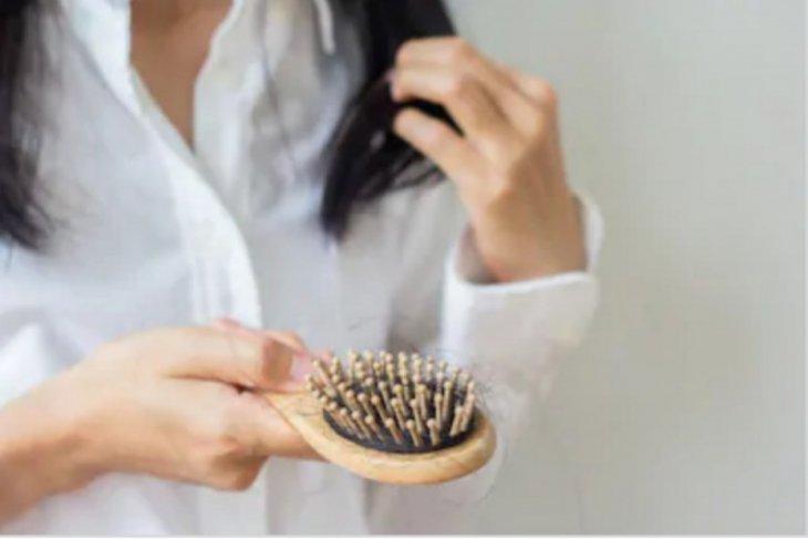 Pasien COVID-19 bisa alami kerontokan rambut