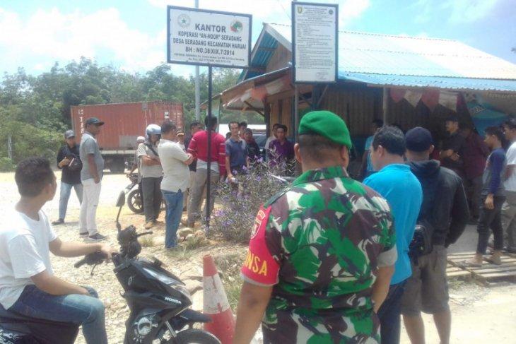 Warga Desa Saradang tahan armada angkutan PT BES