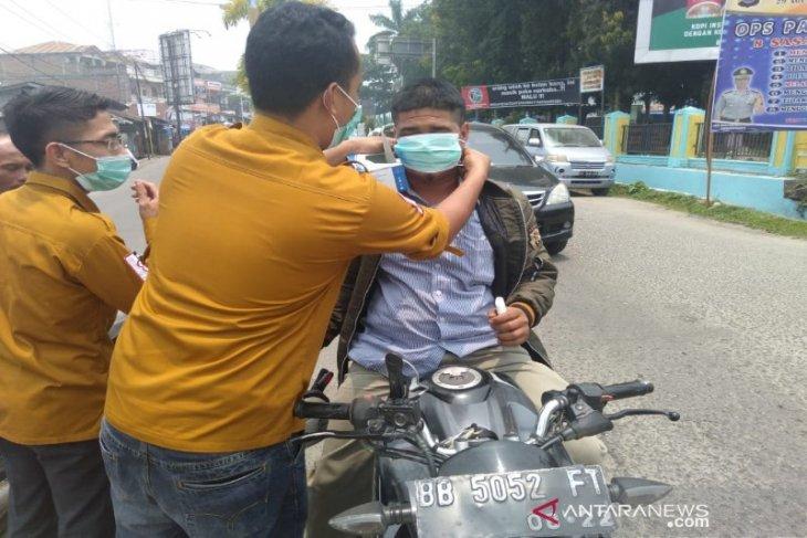 PMI Madina bagi-bagi masker kepada warga
