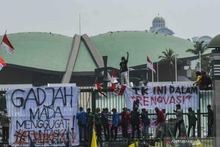 Indonesian students again stage rallies in protest of law changes