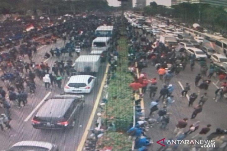 Demo mahasiswa di depan Gedung DPR RI ricuh