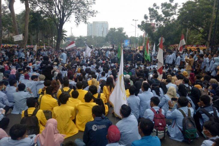 Students block street outside South Sumatra parliament building