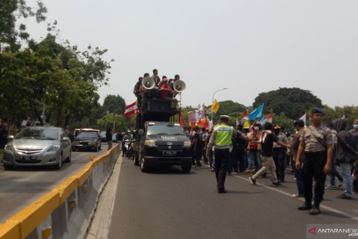 Jalan Medan Merdeka Barat diblokade mahasiswa menuntut pembatalan RUU KPK
