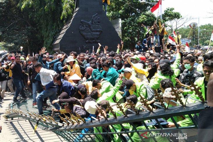 Ribuan mahasiswa dari berbagai perguruan tinggi pendemo jebol gerbang DPRD Jateng