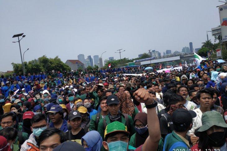 Demo, ribuan mahasiswa kembali penuhi depan gerbang gedung DPR/MPR
