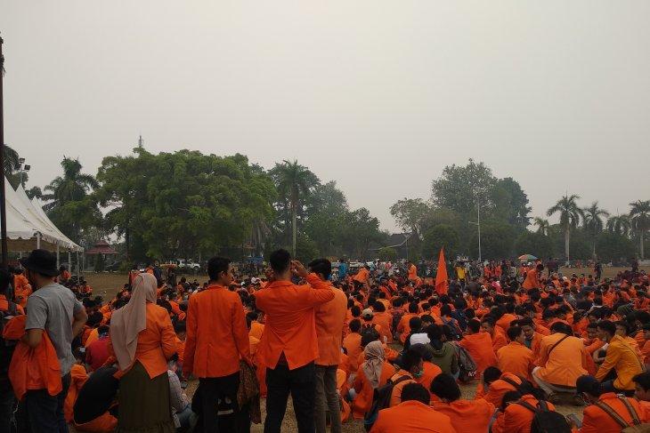 Usai ricuh, ribuan mahasiswa Jambi berkumpul di lapangan Gubernur Jambi