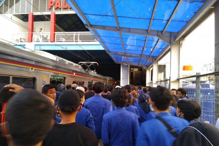 Demo mahasiswa, massa terus berdatangan menuju DPR RI gunakan kereta api