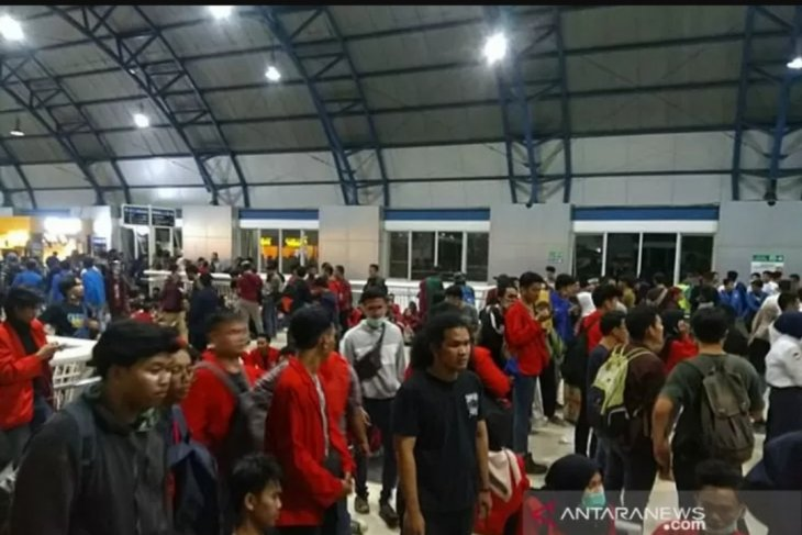 Lagu Indonesia Pusaka bergema di Stasiun Palmerah