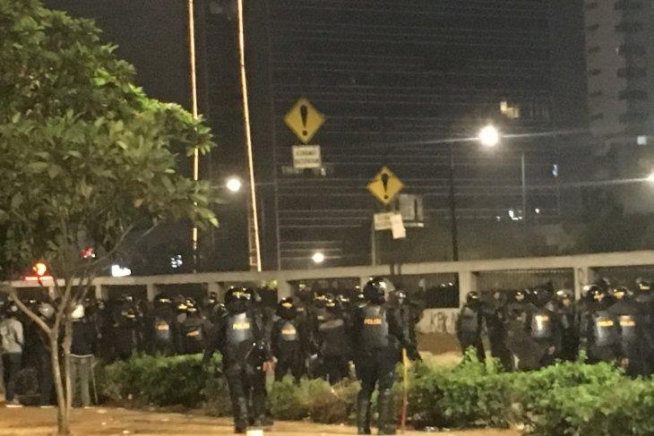 Ricuh, sejumlah Brimob terluka akibat dilempar batu oleh demonstran
