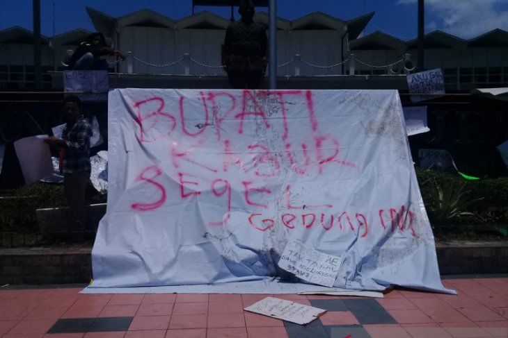 Tolak RUU Pertanahan, aktivis PMII segel kantor Pemkab Jember