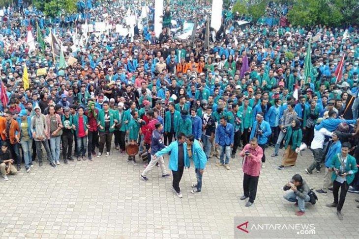 Demo mahasiswa, lantunan shalawat berkumandang di DPR Aceh