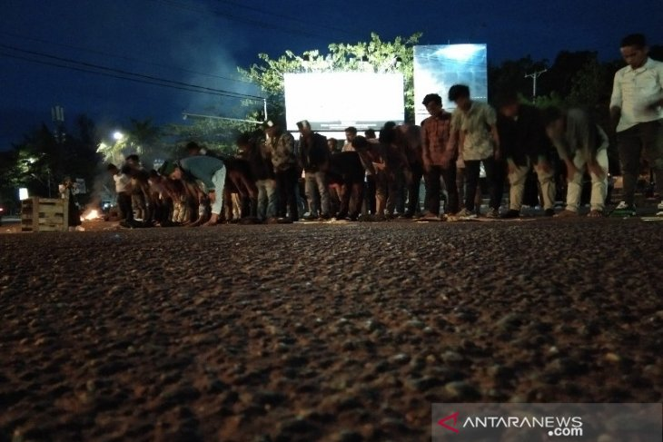Lakukan aksi unjuk rasa, puluhan aktivis HMI Sultra shalat di tengah jalan