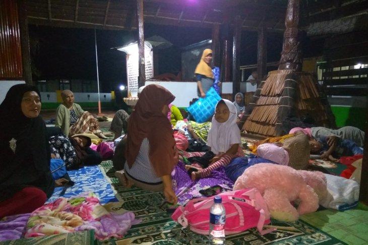 Gempa susulan masih terjadi, warga Kaitetu bermalam di Masjid kuno Wapauwe