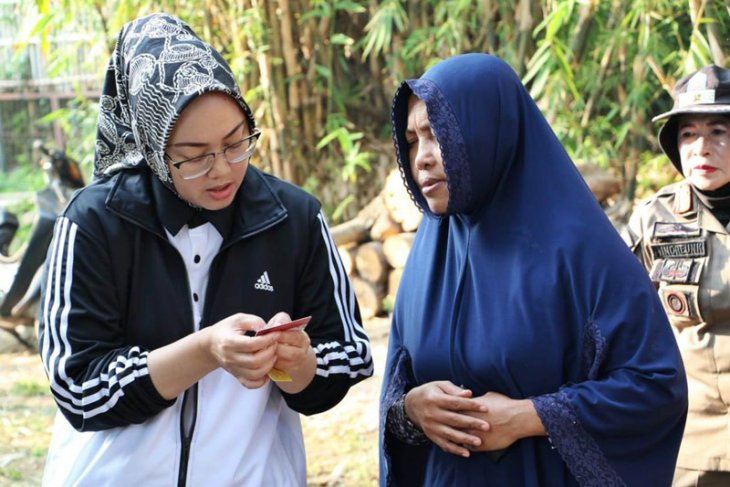 Ibu Sri terharu dapat bantuan perbaikan rumah dari Bupati Purwakarta