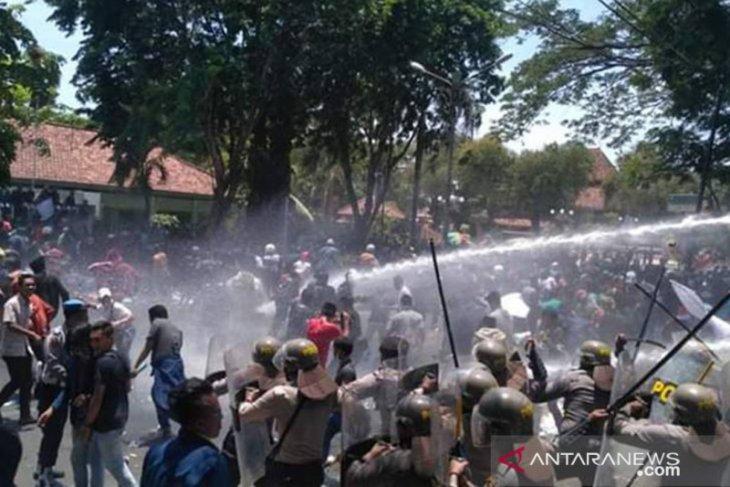 Demo di Pamekasan dibubarkan aparat dengan gas air mata
