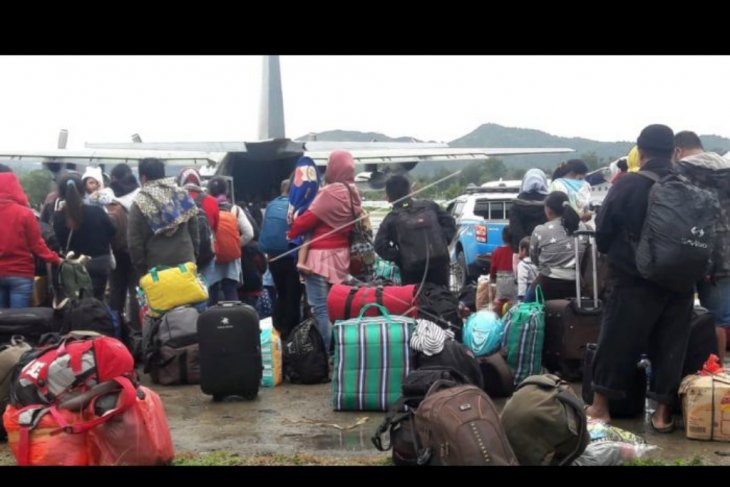 Warga meninggalkan Wamena