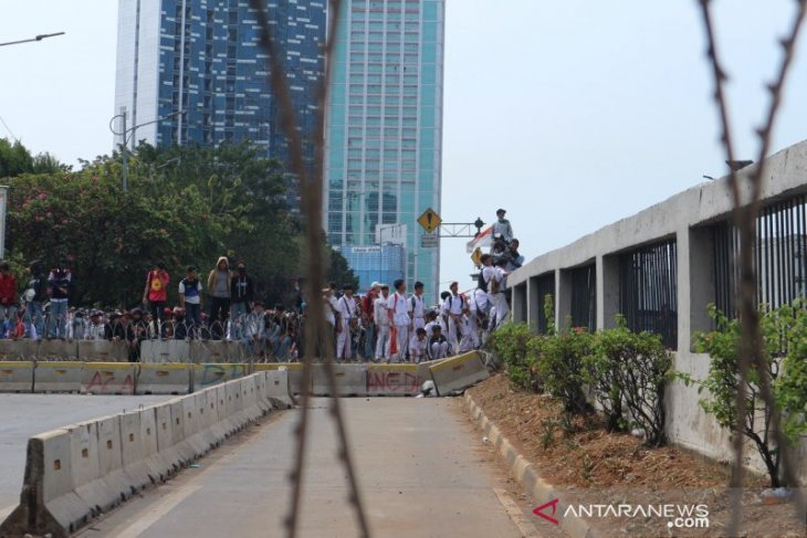 Unjuk rasa DPR ricuh, polisi tembakkan gas air mata