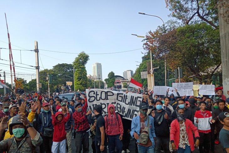 Demonstran pelajar di dekat Stasiun Palmerah mulai lempari  polisi