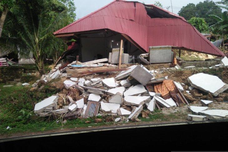PDIP Maluku peduli kemansuiaan bagikan bahan pokok untuk korban gempa