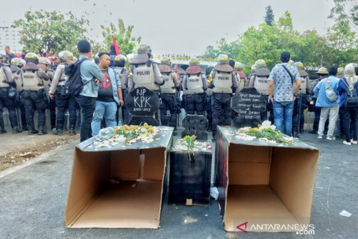 Simbol solidaritas mahasiswa meninggal, Empat almamater bawa bunga