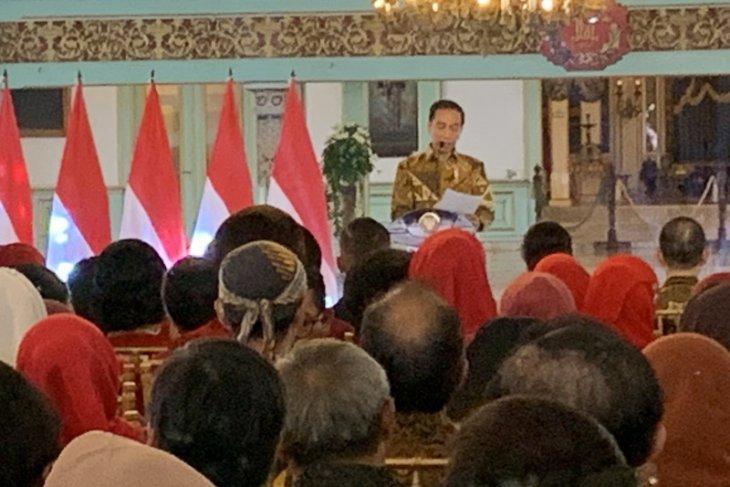 Jokowi pushes aggressive batik preservation message to Indonesians