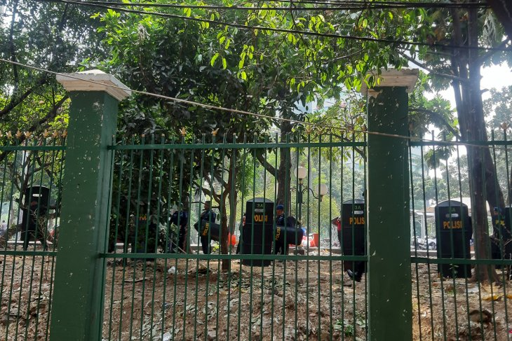 Some 2,000 anti-riot police officers safeguard Jakarta labor rally