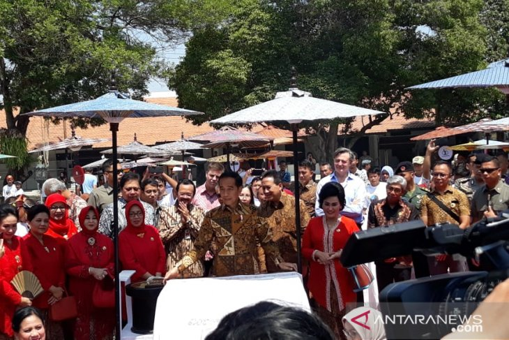 Jokowi leads National Batik Day celebrations in Solo