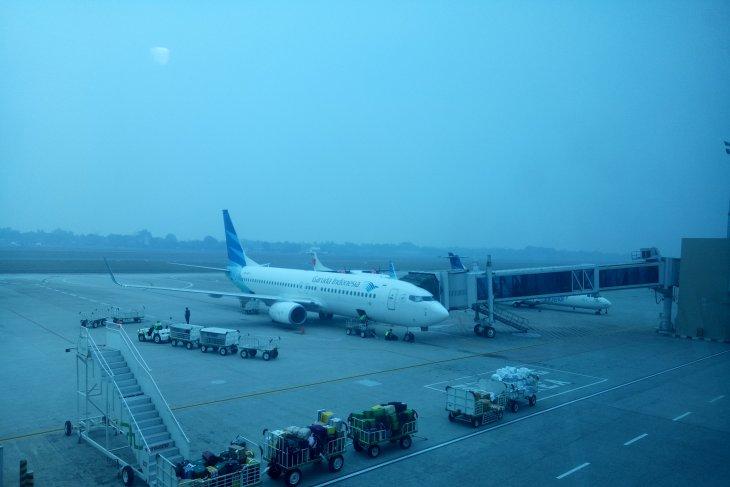 Empat pesawat terpaksa berputar-putar akibat kabut asap selimuti Palembang