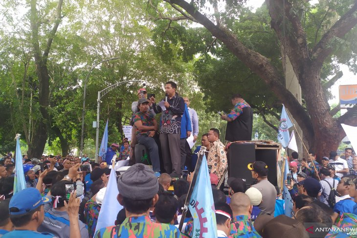 Workers hold rally outside N Sumatra Legislative Assembly