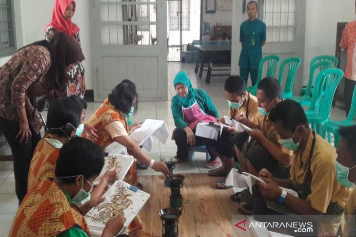 Patients at Magelang's mental hospital learn batik crafting as rehab